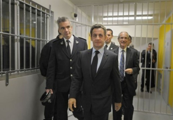 Prévoyant, Nicolas visite une prison
